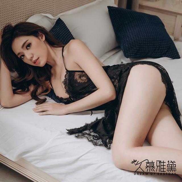久慕雅黛 水溶花鏤空蕾絲開叉吊帶睡裙。黑色
